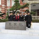 新装なった東京駅丸の内側広場での生徒さん達