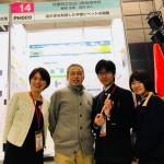 東高・自然科学部の生徒さんとの福井氏。左端は猪股先生。